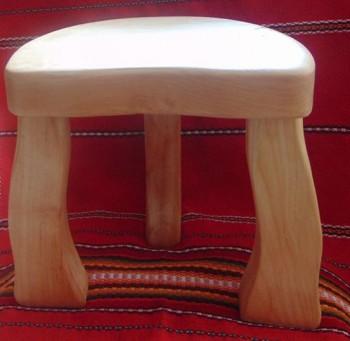 Трикрако дървено столче
